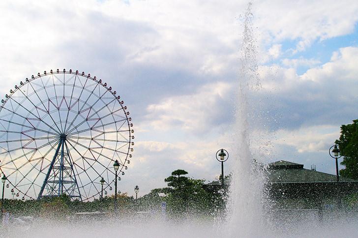 噴水と観覧車の商用利用可能なフリー写真素材