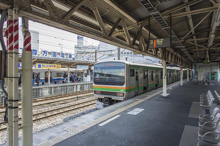 小田原駅ホームに止まる東海道線の商用利用可能なフリー写真素材