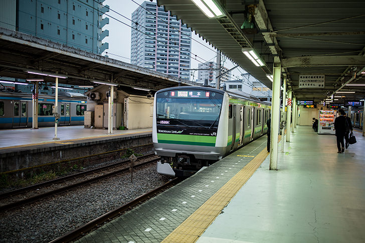 東神奈川駅に止まる横浜線の商用利用可フリー写真素材5788 | フォトック