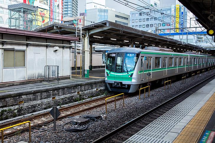 柏駅に止まる東京メトロ千代田線16000の商用利用可能なフリー写真素材