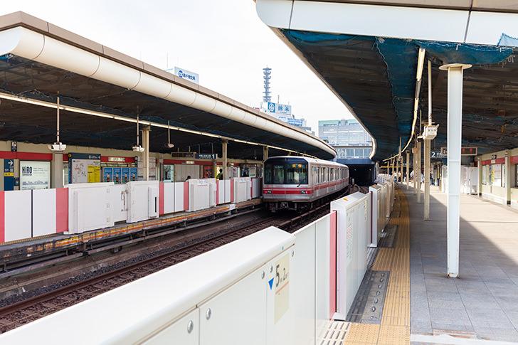 丸ノ内線四ツ谷駅ホームの商用利用可能なフリー写真素材