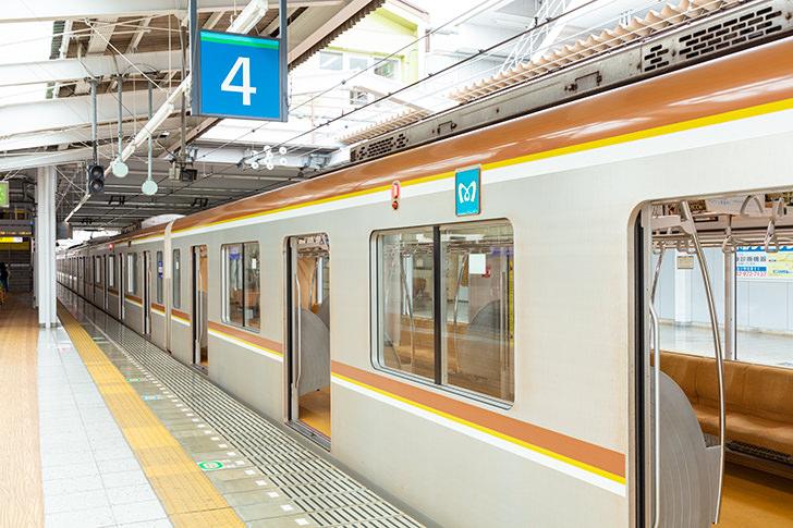 飯能駅に停まる東京メトロ有楽町線の商用利用可能なフリー写真素材