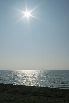 太陽と海のフリー写真素材
