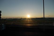 羽田空港と夕日のフリー写真素材