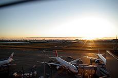 飛行機と夕日(羽田空港)のフリー写真素材