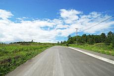 青空と直線道路のフリー写真素材
