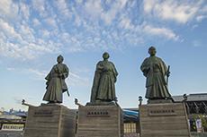 高知駅前の3志士像のフリー写真素材